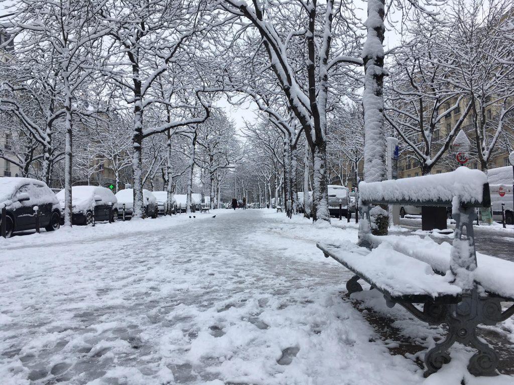 Париж завалило снегом